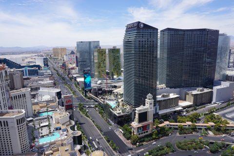 Las Vegas - Cosmopolitan di sebelah kanan.