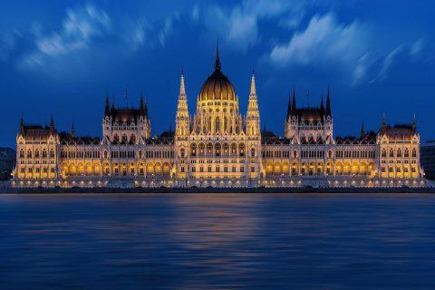 Parlemen Hongaria di malam hari.