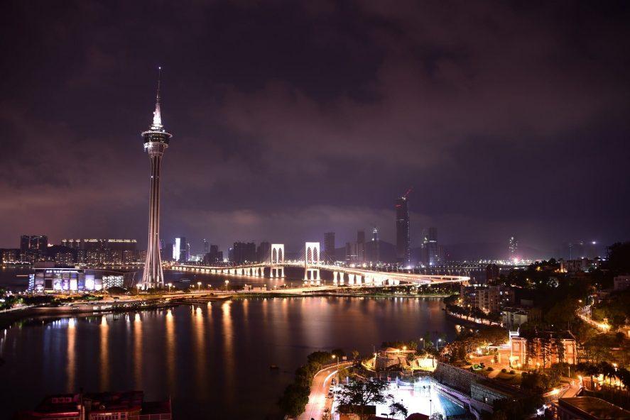 Macau di malam hari dengan menara terkenal di tengahnya.
