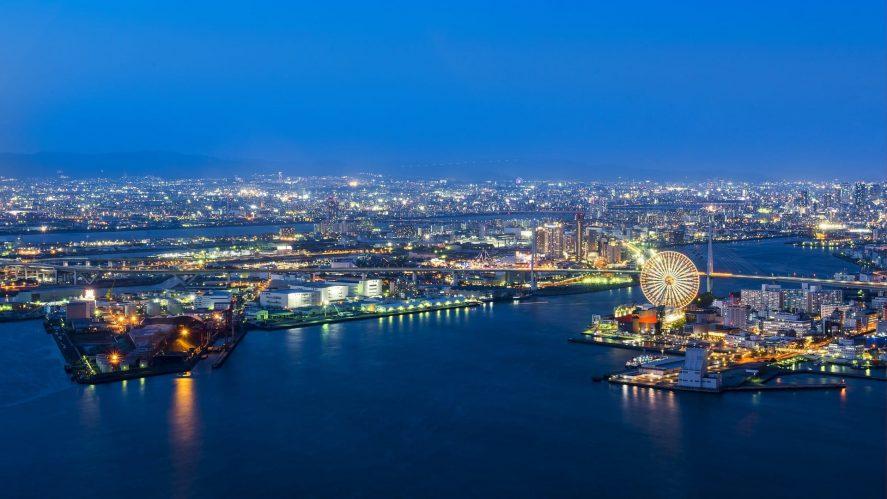 Osaka di malam hari: di latar depan adalah pelabuhan, di belakangnya adalah kota.