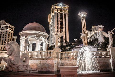 Istana Caesars di Las Vegas pada malam hari.