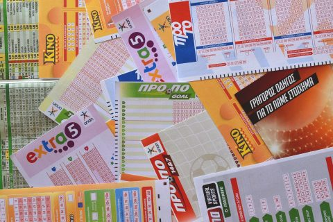 Ada beberapa tiket lotere di atas meja.
